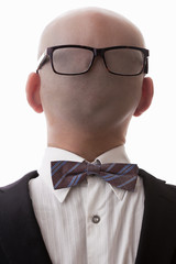Uomo calvo vestito al contrario