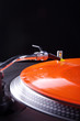 Analoge Musik vom Plattenspieler, rot und frontal hoch