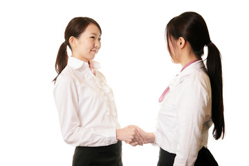 握手をする女性二人