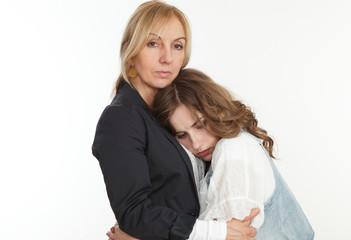 Tochter haelt sich an Mutter fest
