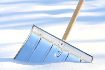 Snow removal shovel