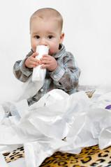 Baby spielt mit Mülltüten