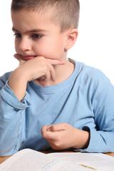 bambino osserva con attenzione