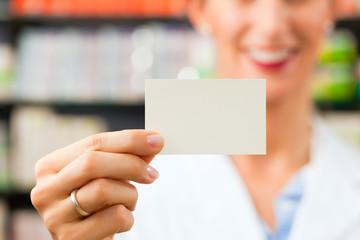 Apothekerin mit Visitenkarte in Apotheke