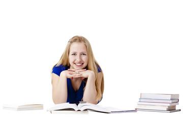 Junge Frau mit Büchern liegt am Boden und lacht fröhlich