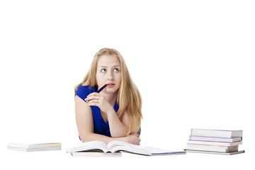 Attraktive, blonde Frau lernt mit Büchern und denkt nach