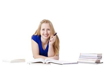 Junge, attraktive, glückliche Frau lernt am Boden mit Büchern