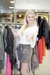 Blonde Frau lachend beim shoppen, Daumen hoch