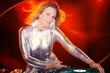 Hübsche DJ Frau mixt mit rotem Hintergrund
