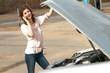 Frau bei Autopanne
