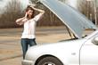 frustrierte Frau bei Autopanne