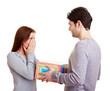 Mann gibt Frau ein Geschenk