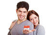 Junges Paar mit Miniaturhaus