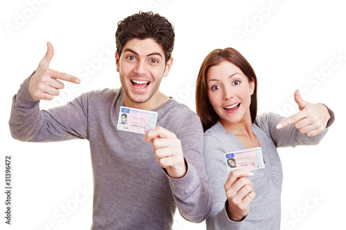 Jugendliche präsentieren ihre Führerscheine - 31396472
