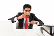 Mann im Büro, trinkt Kaffee