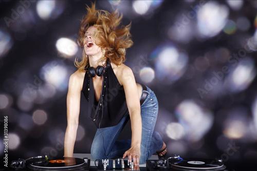 Hübsche DJ Frau in Extase mit glitzer Hintergrund