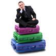 manager seduto sopra delle valigie