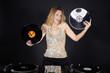 Hübsche DJ Frau hat keine Ahnung welche Schallplatte