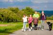 Familie mit Kindern und Hund auf Spaziergang