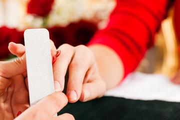 Frau im Nagelstudio erhält Maniküre