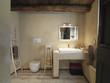 bagno rustico con  pavimento di legno a doghe