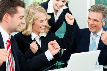 Business - Team Besprechung im Büro