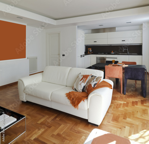 Soggiorno moderno con divano e vista sulla cucina stock for Soggiorno con cucina a vista