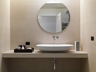Bagno Moderno con rivestimento in marmo e lavabo in ceramica bia