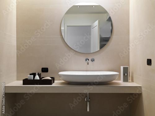 Bagno moderno con rivestimento in marmo e lavabo in - Rivestimento bagno in marmo ...