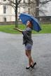 fröhliche junge Frau im Regen