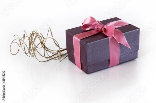 paquet cadeau violet ruban rose fils dor s de pascalr photo libre de droits 31414210 sur. Black Bedroom Furniture Sets. Home Design Ideas