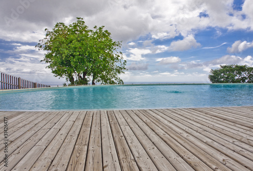 Piscine avec plage terrasse en lames de deck en bois for Piscine miroir avec plage