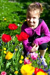 fillette dans les tulipes