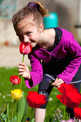 fillette qui sent une tulipe