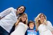 frau mit kindern vor blauem himmel