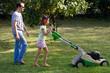 tondre la pelouse en famille