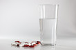 Tabletten mit einem Glas frischen Wasser