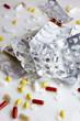 Tabletten und leere Plister verteilt