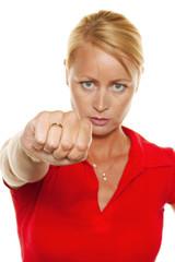 Frau hält Hände vor ihr Gesicht.