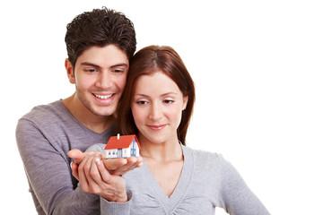 Paar besichtigt ein Haus