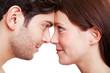 Paar schaut sich verliebt in die Augen