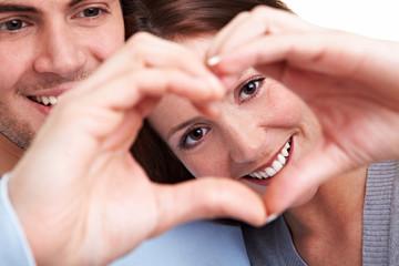 Paar formt Herz mit Händen