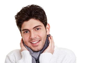Mann mit Schal im Winter