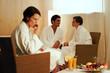 Gruppe beim Entspannen nach Wellnessbehandlung