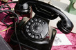 Schwarzes Retro Telefon zum Verkauf auf dem Flohmarkt.