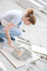 donna giovane che macina terracotta