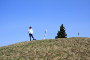 uomo sulla collina