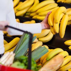kundin kauft bananen