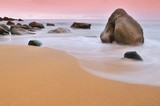 Tranquilo amanecer en una playa paradisiaca. poster