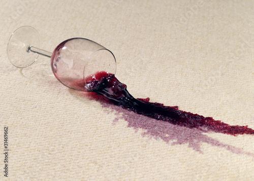 Volles Weinglas verschmutzt Teppichboden